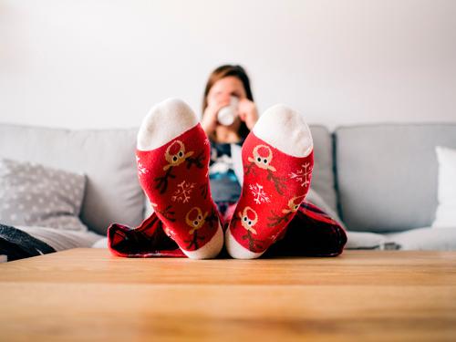 Chica en su casa en invierno